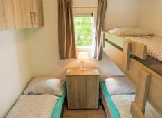 slaapkamer met drie bedden